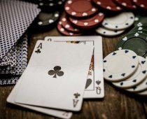 cartes sur une table de baccara