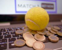 balle de tennis sur un clavier