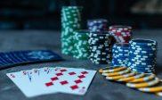 des piles de jetons de poker